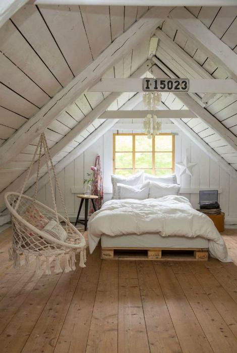 Чердачная спальня с подвесным креслом.