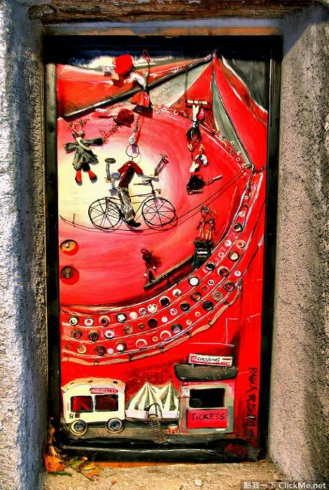 Невероятная дверь с яркими картинками.