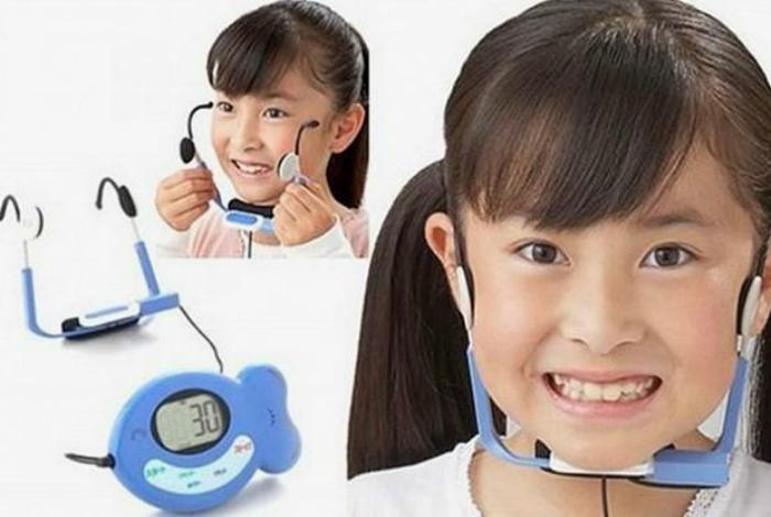 Тренажер со встроенными электродами, которые стимулируют специальные мышцы, отвечающие за улыбку.
