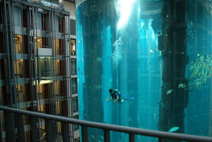 Самая необыкновенная шахта лифта - в виде огромного аквариума. Берлин.