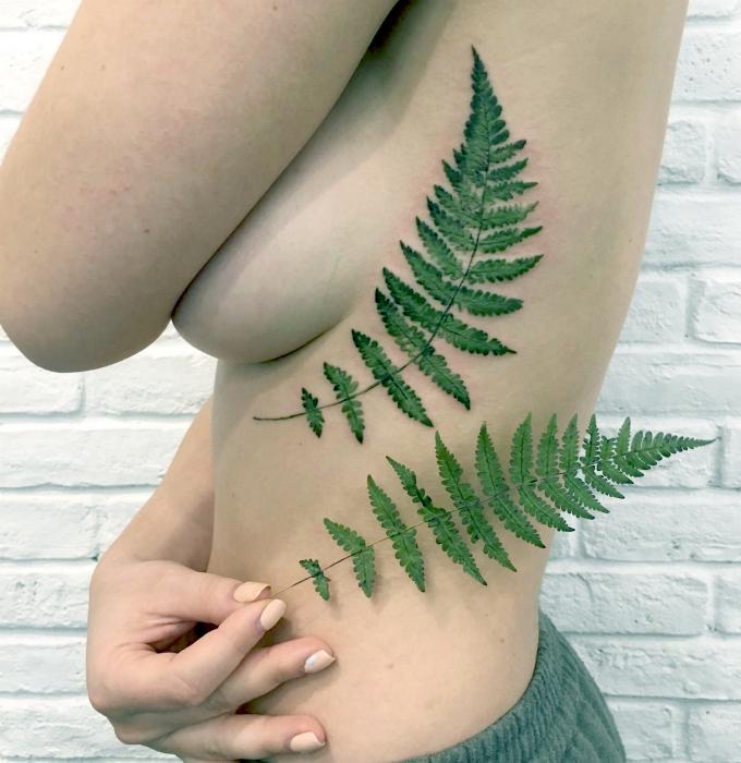 Татуировка с изображением ветки папоротника.
