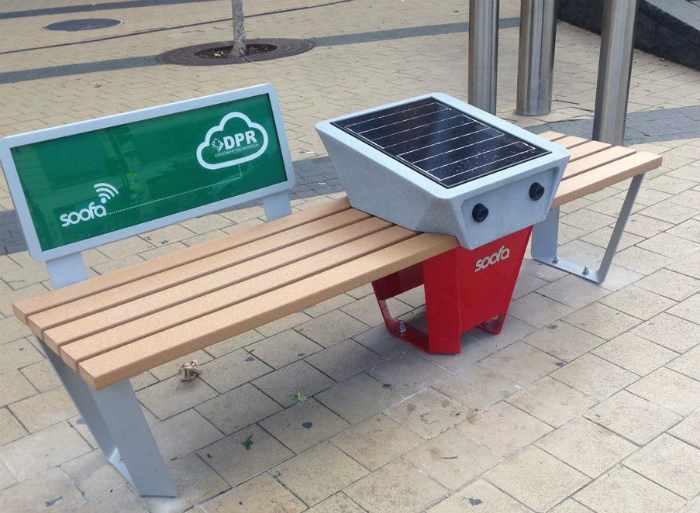 Скамейка с солнечными батареями.