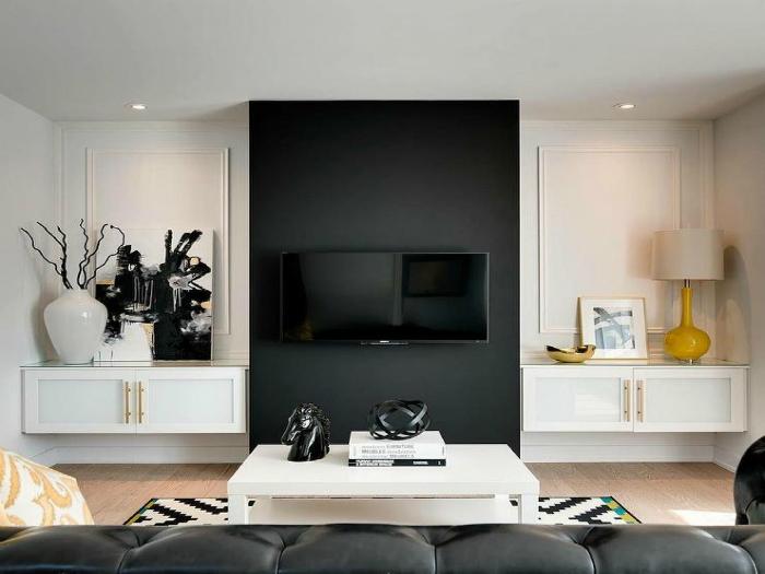 Светлая гостиная с контрастной черной вставкой.