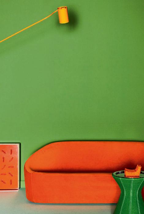 Гостиная в зелено-оранжевых тонах.