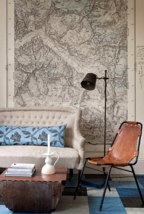 Гостиная с картой на стене.