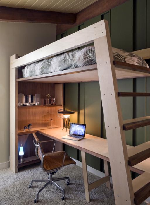Кровать чердак с письменным столом внизу.