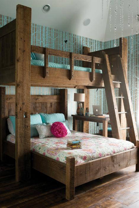 Небольшая спальня с кроватями в деревенском стиле.