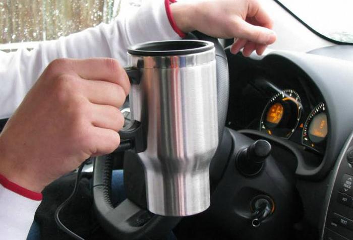 Автомобильная кружка, которая работает от прикуривателя и помогает сохранить напиток горячим на протяжении долгого времени.
