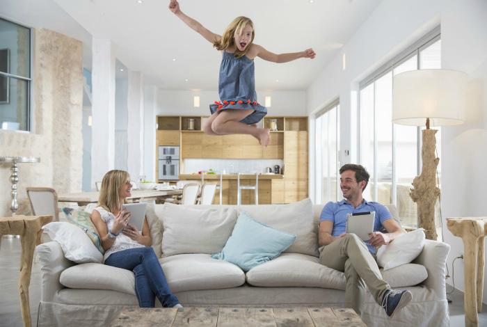 Не прыгайте и не «плюхкайтесь» на диван.