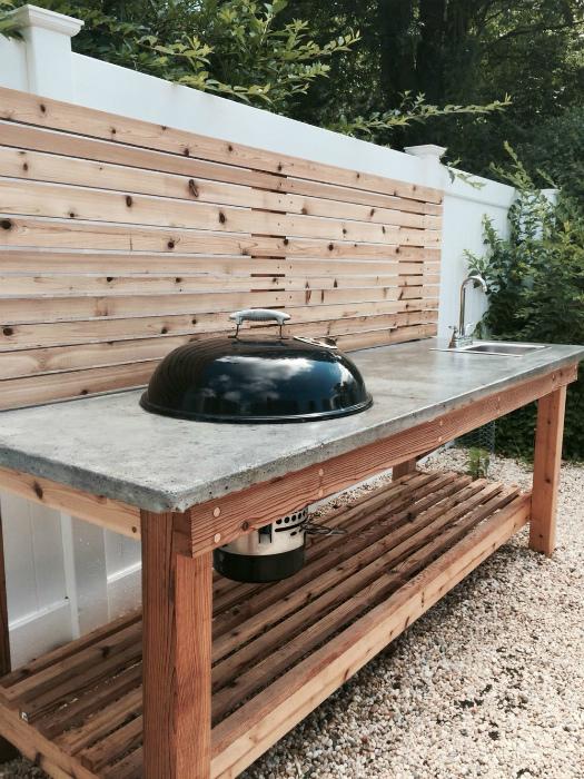 Летняя кухня из дерева и бетона.