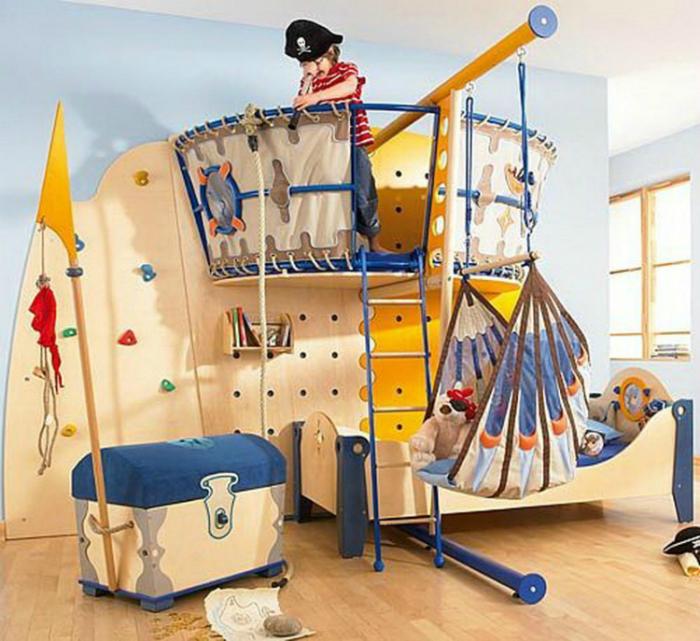 Комната с небольшим пиратским корабликом, расположенным над кроватью.