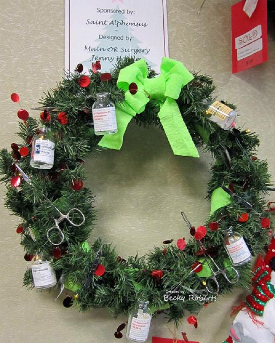 Рождественский венок, который доказывает, что врачи - творческие личности.