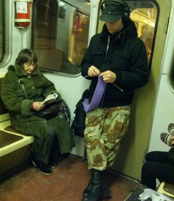 Novate.ru умоляет, не мешайте парню, он считает петли! | Фото: я болтушка.