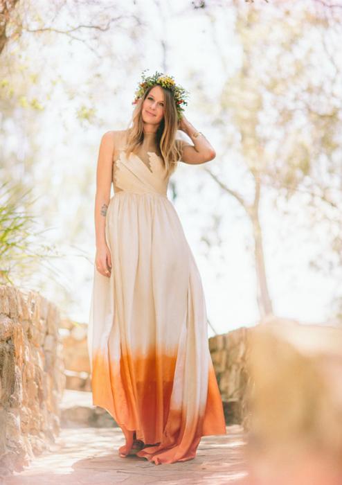 Платье с ярким подолом.
