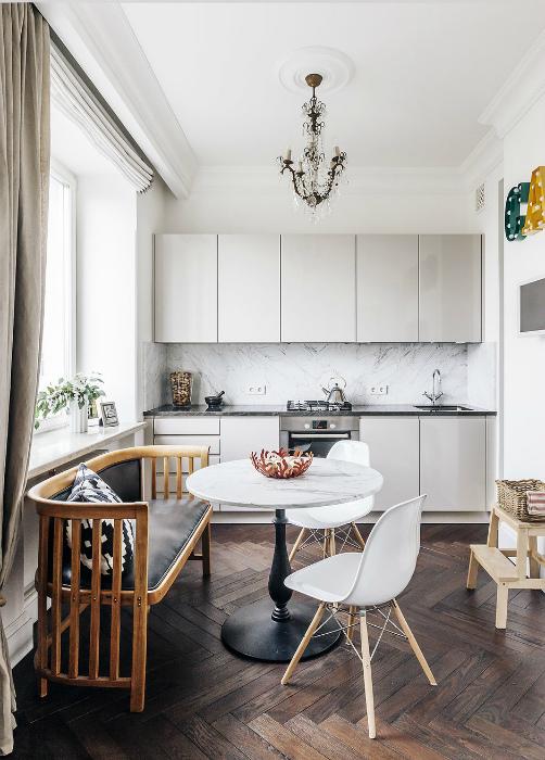 Кухня с белыми стенами и грамотным освещением.