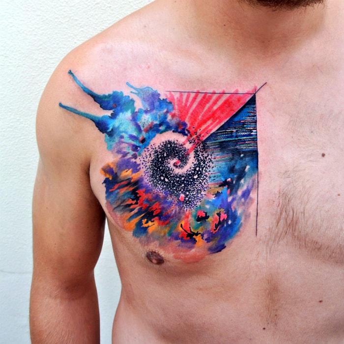 Яркая татуировка в стиле акварель.