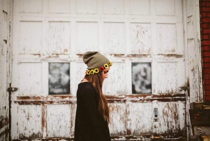 Украсить скучную зимнюю шапку можно с помощью ярких искусственных цветов, нашитых на край.