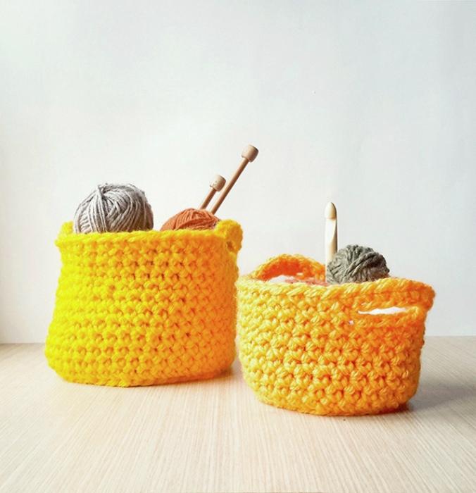 Яркие вязаные корзины, которые можно сделать собственными руками.