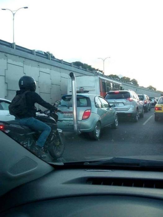 А за рулем человек, который не боится критики! | Фото: Ololo.tv.