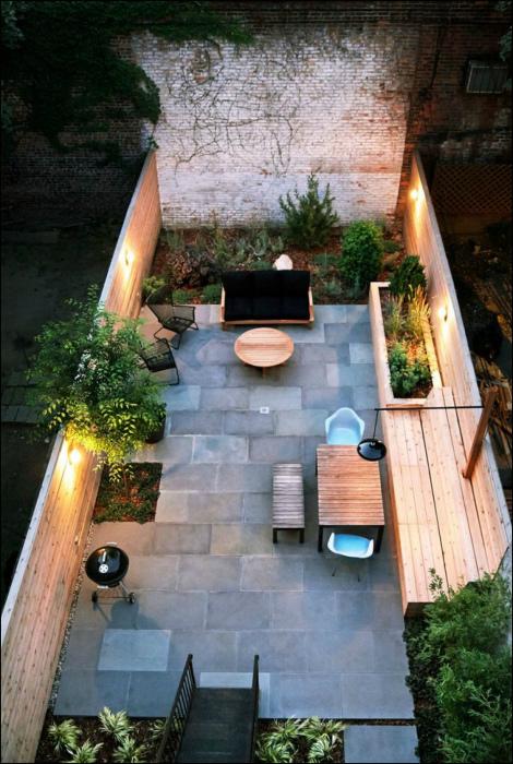 Маленький задний дворик. | Фото: Interior Design & Home Decor.