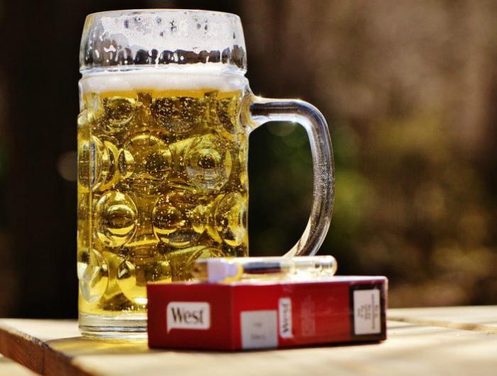 Спиртное и курение. | Фото: Уикенд.