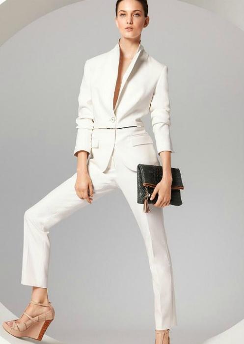 Одежда белого цвета.