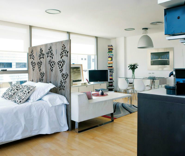Комната, разделенная небольшой деревянной перегородкой.
