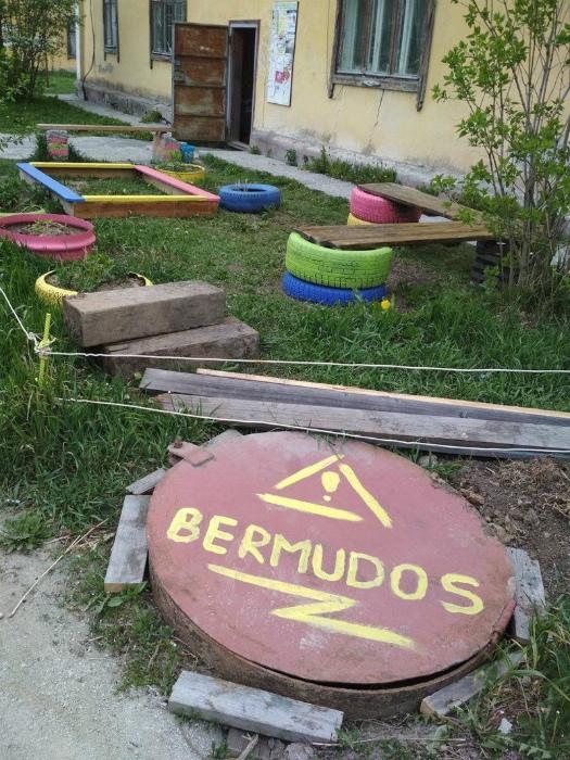 По информации Novate.ru в российском дворе появилось уникальное явление - Бермудский круг! | Фото: Porosenka.net.
