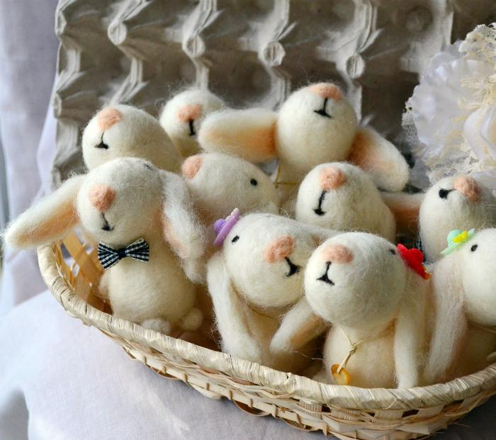 Очаровательные крольчата из шерсти.