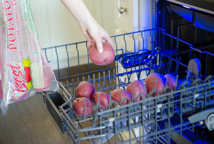 Отмыть картофель от грязи.