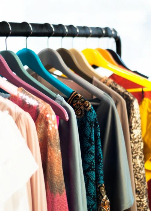 Хранение одежды на вешалках.