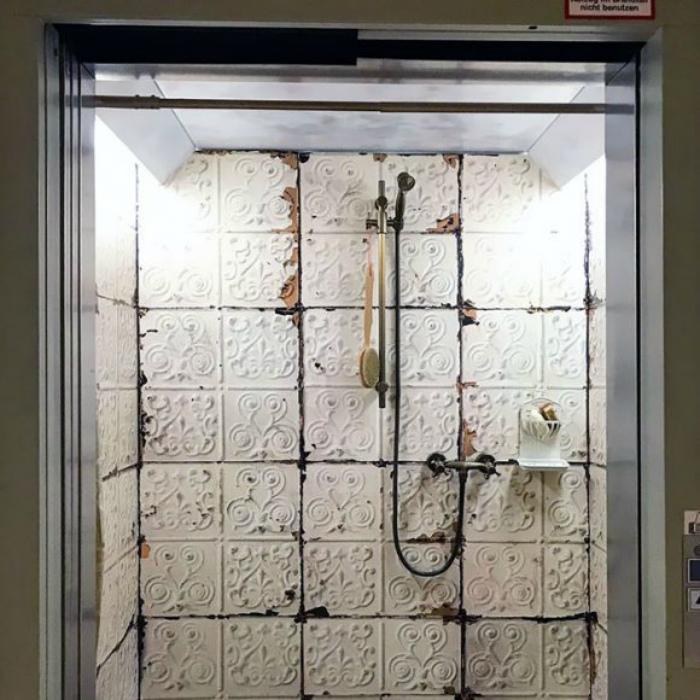 Старинная ванная комната в кабине лифта.
