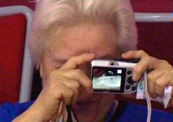 Бабушка фотограф.