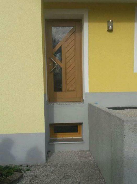 Очень странная дверь.