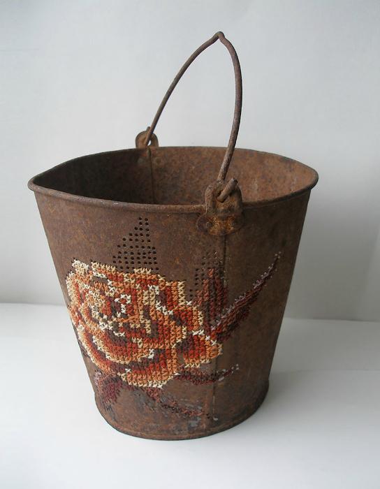 Металлическое ведро, украшенное вышивкой.