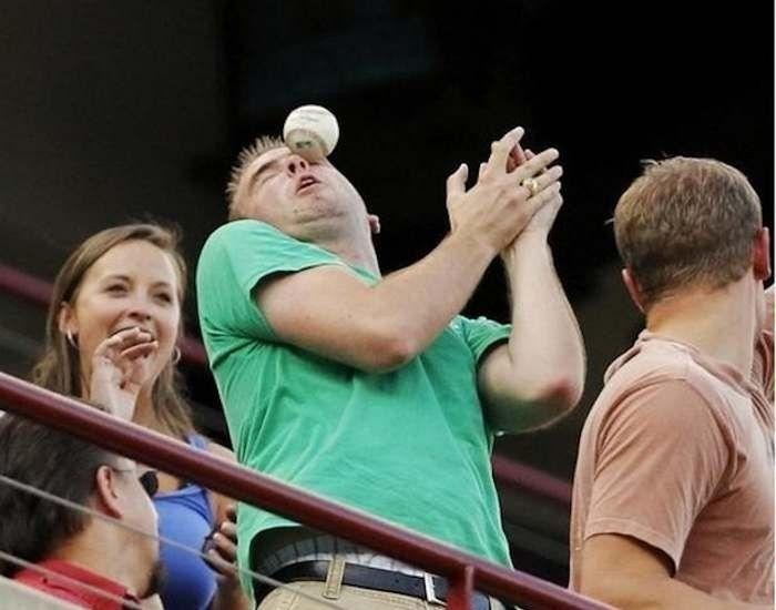 Этот парень поймал мяч любимой бейсбольной команды глазом.