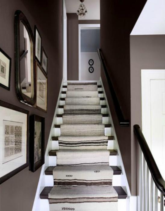 Ковровая дорожка на лестнице.