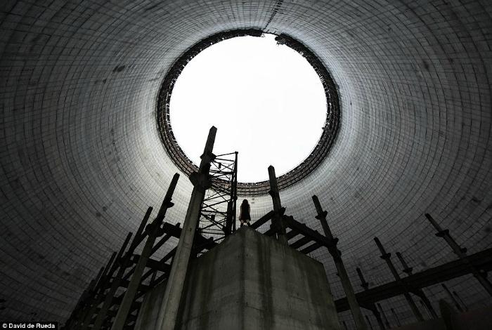 Внутри недостроенной охладительной башни на территории безлюдной Чернобыльской станции.