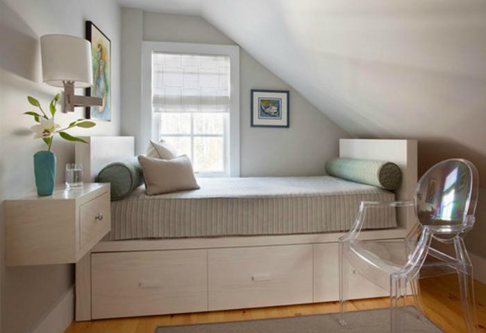 Спальня в помещении чердачного типа.