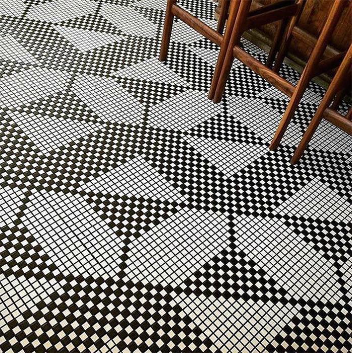 Черно-белые узоры из мелкой плитки.