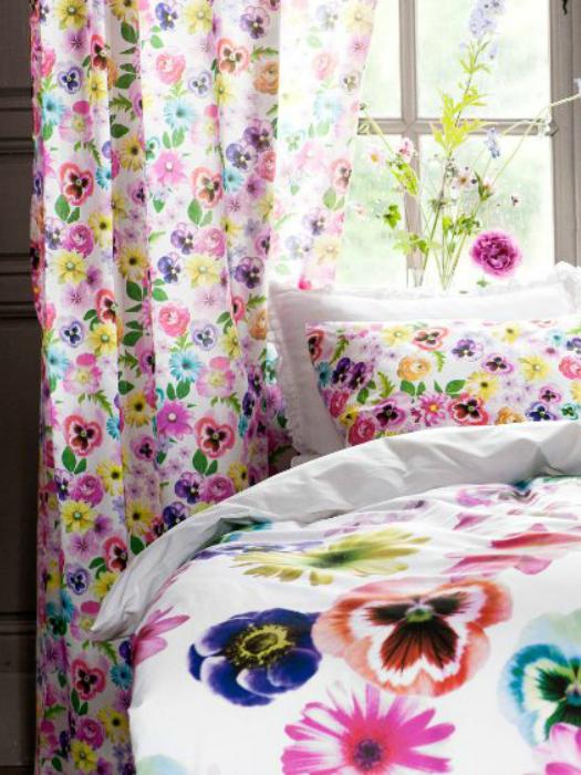 Постельное белье с изображением цветов.