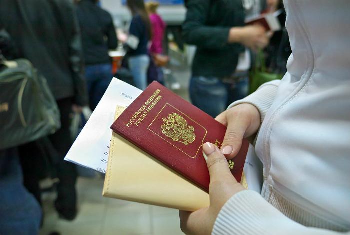 Давать работнику таможни паспорт в обложке. | Фото: Интерфакс.