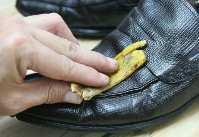 Банановая кожура для полировки обуви.