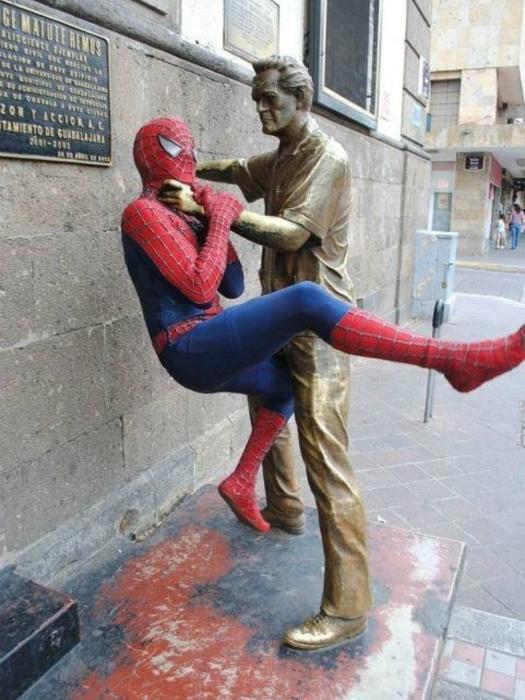 Кто же сильнее: человек-паук или памятник?