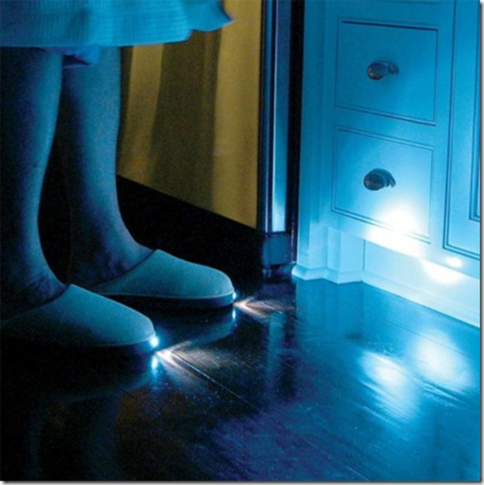 Мягкие комнатные тапочки с фонариками для ночных передвижений по квартире.