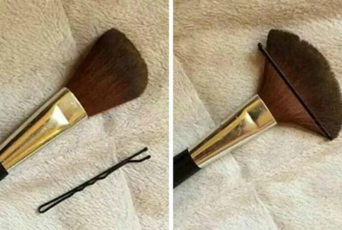 Манипуляции с кисточкой для макияжа.| Фото: Бугага.