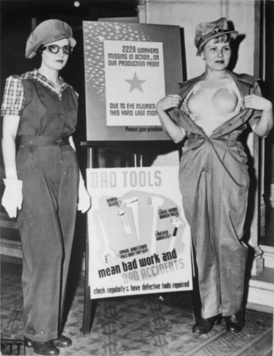 Девушка демонстрирует защитный бюстгальтер из пластика, созданный для женщин, работающих на военных заводах. США, 1943 год.