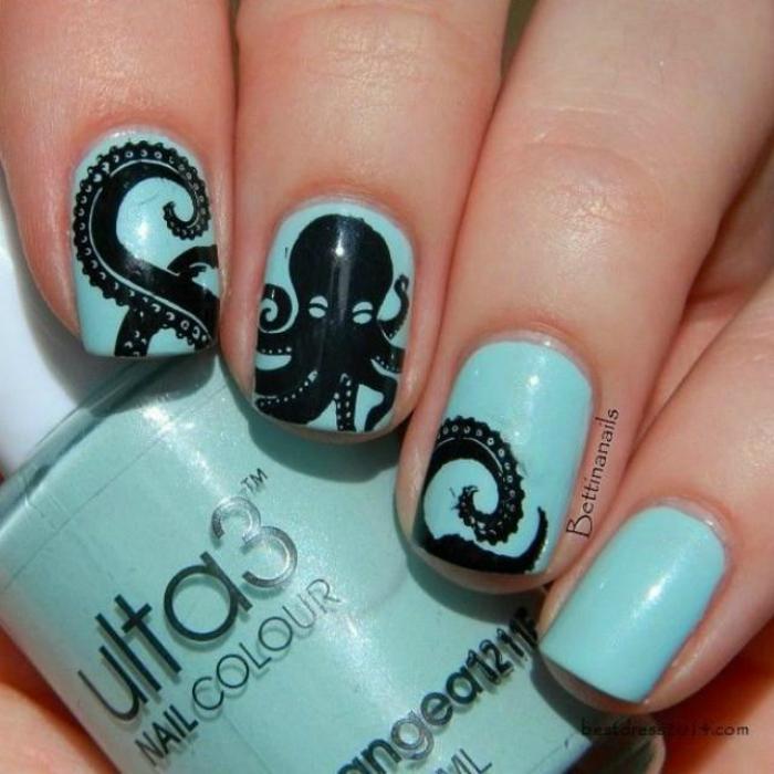 Стильный маникюр в голубых тонах с забавным изображением осьминога.