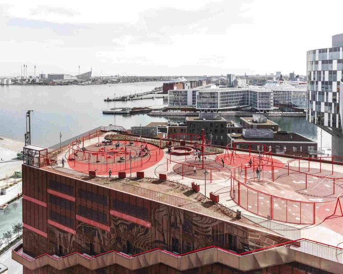 Безопасная детская площадка с надежными решетками в Копенгагене. | Фото: HQroom.