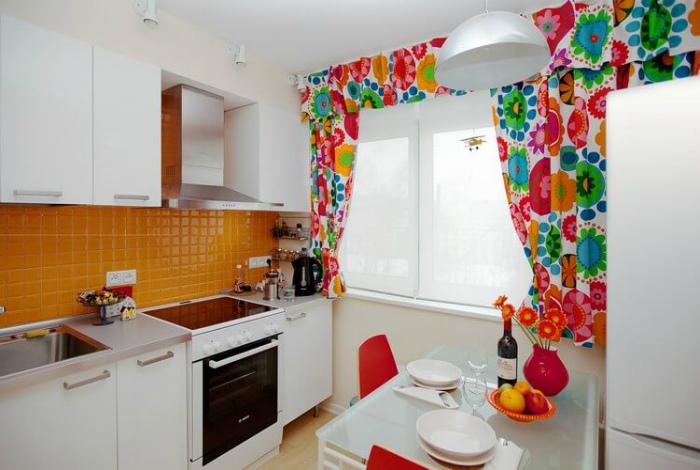 Белая кухня с яркими деталями.